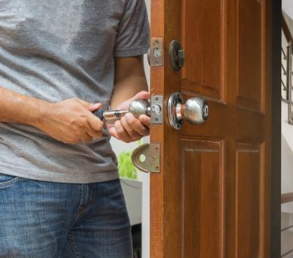 pracownik otwierający drzwi kluczem