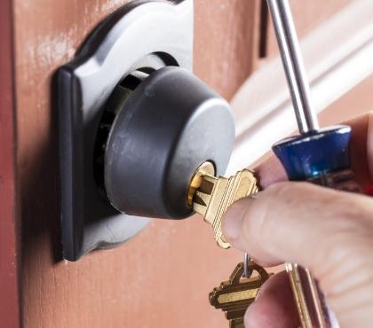 wsadzanie klucza dozamka drzwi