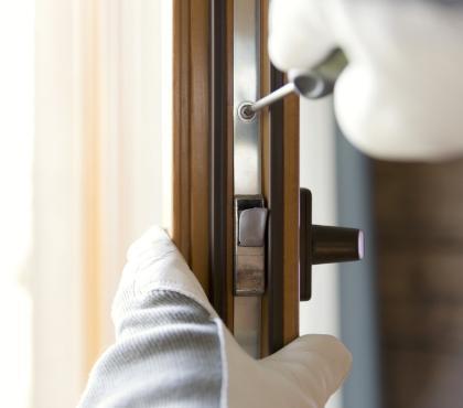 wkręcanie śrubki dodrzwi