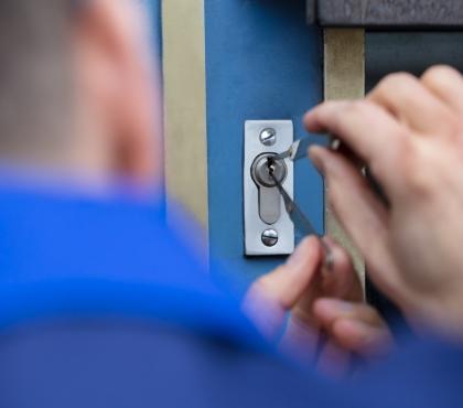 pracownik awaryjnie otwierający drzwi